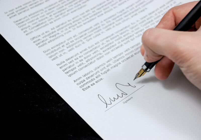Membuat Kontrak Bahasa Inggris? Apakah Tetap Sah di Hukum Indonesia?